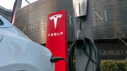AKTIE IM FOKUS: Tesla rutschen weiter ab - JPMorgan sieht hohe Kursrisiken