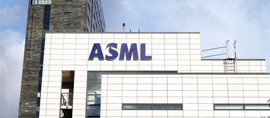 ASML Campus in Veldhoven mit Logo.
