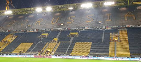 Innenansicht Westfalenstadion - leere Westtribüne mit Borussia-Dortmund-Schriftzug.