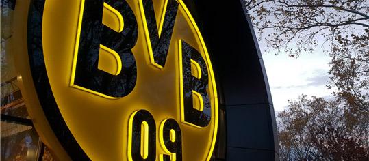 BVB-Wappen an der Außenfassade der Fanwelt.
