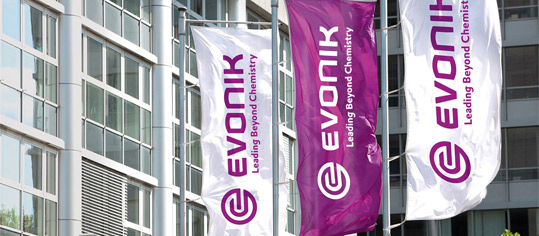 Evonik-Fahnen vor dem Evonik-Zentrum in Essen.
