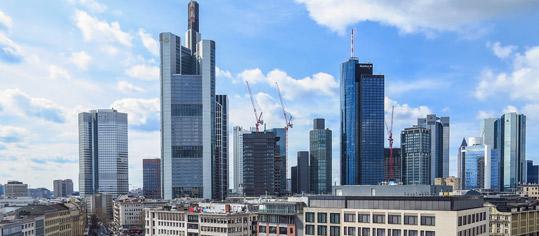 Skyline von Frankfurt mit Hochhaustürmen.