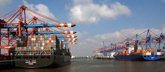 Container-Entladung im Hamburger Hafen.