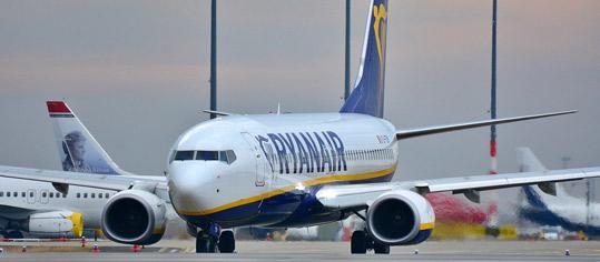 Flugzeug von Ryanair auf dem Rollfeld.