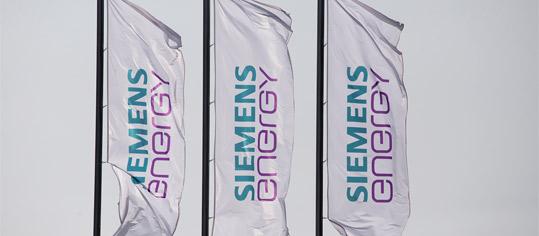 Flaggen mit dem Siemens Energy Logo.