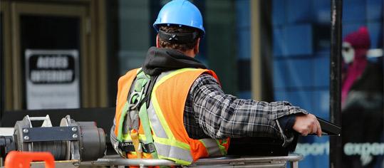 Us-amerikanischer Bauarbeiter beim Bedienen einer Winde.