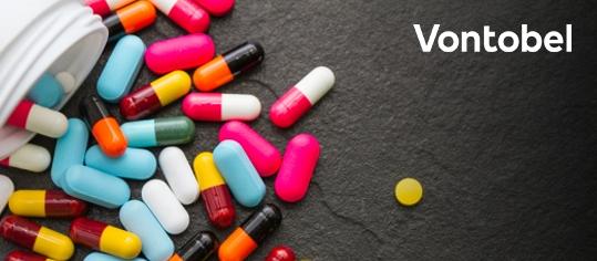 Medizintabletten und -pillen rollen aus einem Medizinbehälter