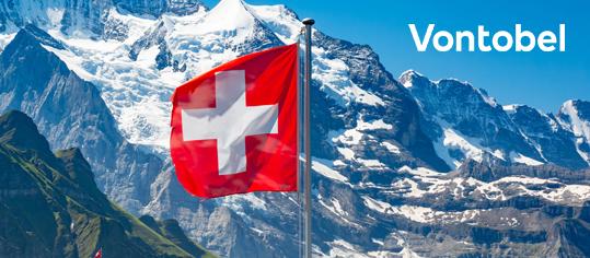 Schweizer Flagge vor Alpenpanorama