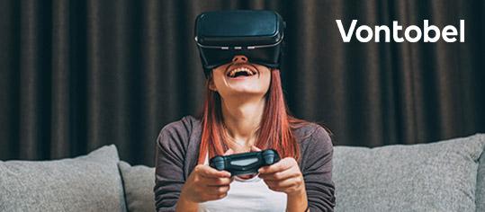 Frau mit VR-Brille und Gaminig-Controller