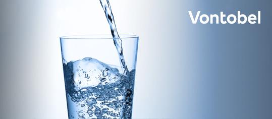 Ein Glas wird mit Wasser aufgefüllt.