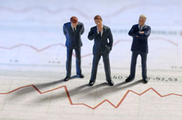 Bild zeigt Miniatur-Männchen auf Charts