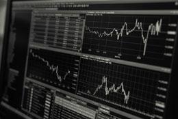 Bild zeigt Charts auf einem Monitor