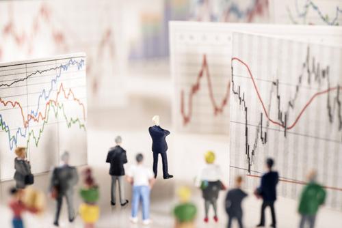 Bild zeigt Gruppe von kleinen Figuren vor Charts