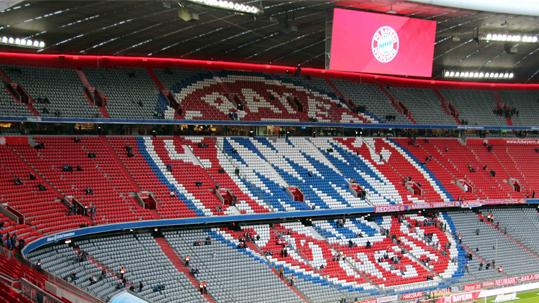 Logo des FC Bayern in der Allianz Arena