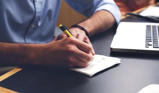 Bild zeigt einen Mann bei Planungen