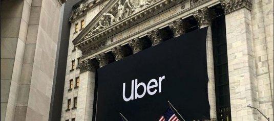 NYSE-Gebäude mit UBER-Flagge